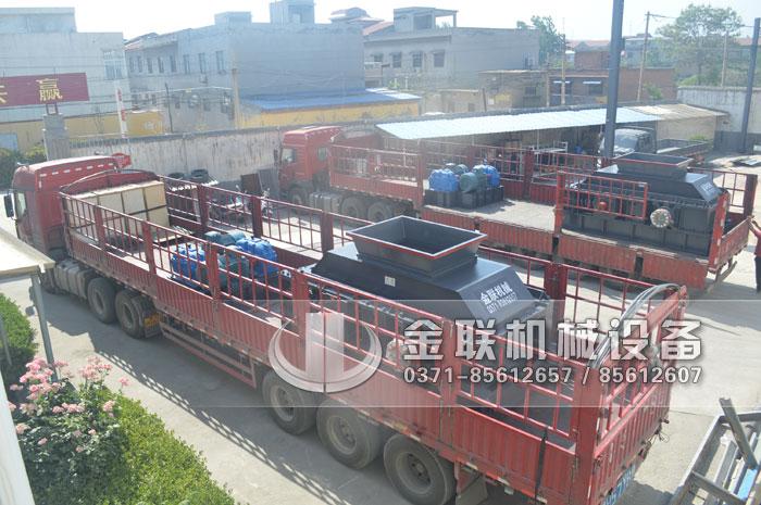 两台超大型半自动液压对辊制砂机发往湖北襄阳征战沙场